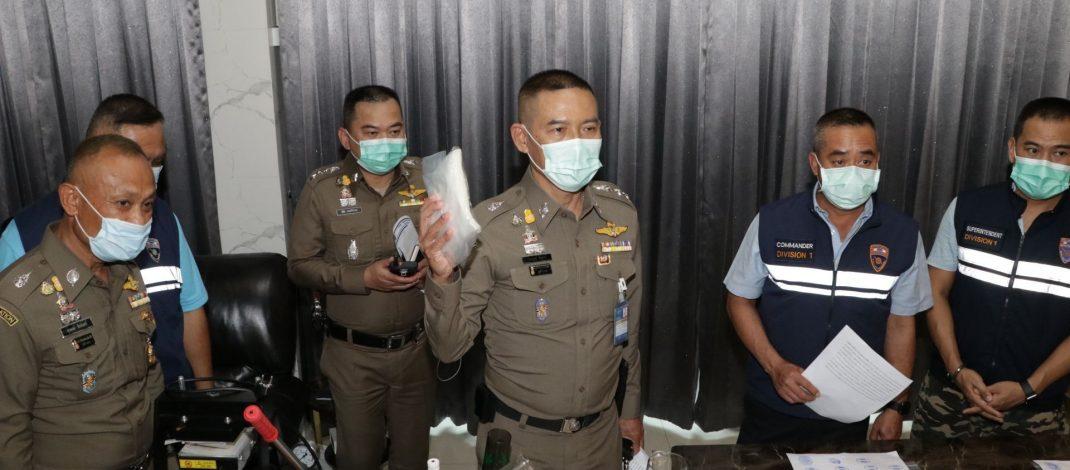 "((POLICE NEWS update PLUS))..บิ๊กอู๊ด พล.ต.ท.สมพงษ์ ชิงดวง เดินทางไปตรวจที่เกิดเหตุ พื้นที่บางชัน กรณี สตม.โดย บก.ตม.1 ทลายบ้านโดยใช้หมายค้นและหมายจับ จับเอเย่นต์สาวไทยภรรรยาต่างชาติมีหมายจับรับต่อวีซ่า ปลอมเอกสาร พ่วงแฟนหนุ่มต่างชาติผลิตกัญชาออแกนิค รายใหญ่"""
