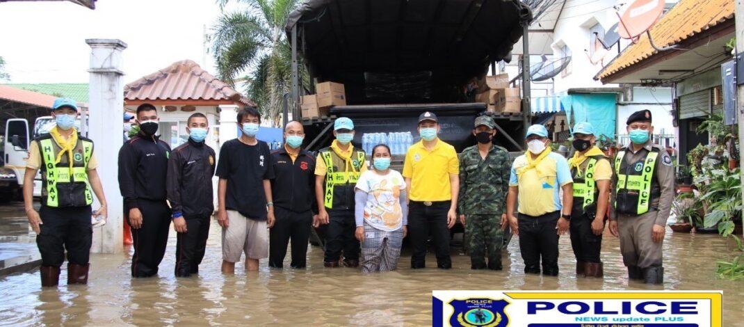 """((POLICE NEWS update PLUS))…""""ผบช.ก.ส่งจิตอาสาตำรวจสอบสวนกลา โดยตำรวจทางหลวงนครราชสีมา ร่วมทหาร ชมรมฮักเขาใหญ่ หอการค้าไทย รุดช่วยอพยพชาวบ้าน ขนย้ายสิ่งของ มอบข้าวกล่อง ถุงยังชีพ อุทกภัยใหญ่ น้ำท่วมตัวเมืองโคราช"""""""